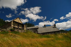 Architettura tipica alpina. Alpi italiane Immagini Stock Libere da Diritti