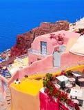 Architettura tradizionale del villaggio di OIA sull'isola di Santorini Fotografia Stock