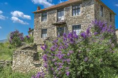 Architettura tradizionale di casa di pietra nella regione di Mariovo, Macedoonia fotografie stock libere da diritti
