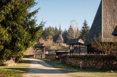 Architettura tradizionale rumena - vecchio villaggio nel Nord della Transilvania Fotografia Stock Libera da Diritti