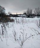 Architettura tradizionale russa Precipitazioni nevose, alberi, alta erba asciutta Immagini Stock Libere da Diritti