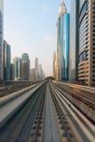 Architettura ultra moderna del Dubai dal transito metropolitano Fotografie Stock