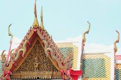 Architettura variopinta dell'apice del timpano delle mattonelle e dell'oro di tetto fotografia stock libera da diritti