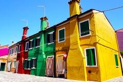Architettura variopinta della costruzione di case nell'isola di Burano fotografia stock libera da diritti