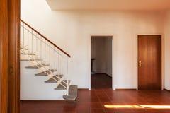 Architettura, vecchi interni classici della casa, corridoio con lo stairca fotografia stock libera da diritti