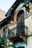Architeture detaljer av Abandoned hundra år gammalt hus, balcon Arkivfoton