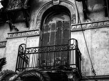 Architeture detaljer av Abandoned hundra år gammalt hus, balcon Royaltyfria Foton