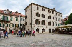 Archiv, das auf Quadrat St. Tryphon, alte Stadt, Kotor, Monten errichtet Lizenzfreie Stockfotografie