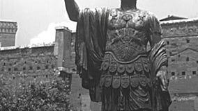 Archivalische Statue von Marco Cocceio Nerva Caesar Augustus in Rom stock footage