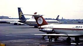 Archivalischer London-Flughafen britisches Airtours stock footage