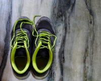 Archivbild von alten schwarzen und grünen Schuhen lizenzfreie stockfotos
