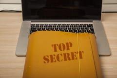 Archive con los datos confidenciales sobre el escritorio corporativo, cierre para arriba Foto de archivo libre de regalías