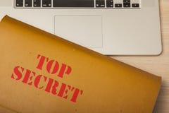 Archive con los datos confidenciales sobre el escritorio corporativo, visión superior Fotos de archivo