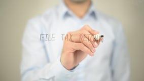 Archive la declaración de impuestos, escritura del hombre en la pantalla transparente fotografía de archivo libre de regalías