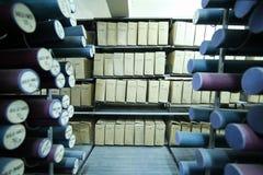 Archives historiques empilées dans un dépôt images stock