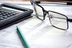 Archivi di contabilità con i vetri ed il computer matematico Fotografie Stock Libere da Diritti