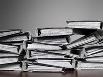 Archivi impilati su uno scrittorio Fotografia Stock Libera da Diritti