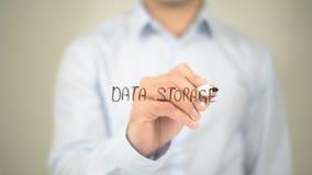 Archiviazione di dati, scrittura dell'uomo sullo schermo trasparente Fotografia Stock