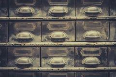 Archivii il concetto, il primo piano d'annata del cassetto delle biblioteche, retro filtro immagine stock libera da diritti