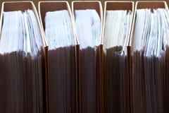 Archivii la pila, fine della cartella di archivio su per fondo. Fotografie Stock Libere da Diritti