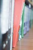 Archivii la pila, fine della cartella di archivio su per fondo Fotografie Stock