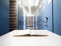 Archivio su uno scrittorio in un archivio fotografia stock