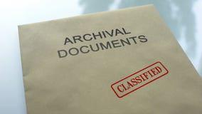 Archivistische geclassificeerde die documenten, verbinding op omslag met documenten, dichte omhooggaand wordt gestempeld stock foto's