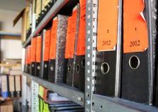 Archivo de la oficina por completo de carpetas con los documentos Foto de archivo libre de regalías