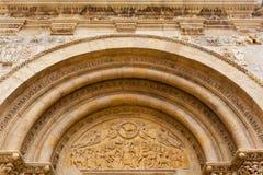 Archivoltes et tympan romans fins en San Isidoro Léon Images stock