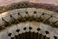 Archivoltes fines dans l'église romane de San Esteban de Aramil S Images stock