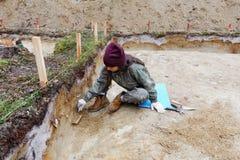 Archéologie - excavations de mur de nettoyage Photo stock