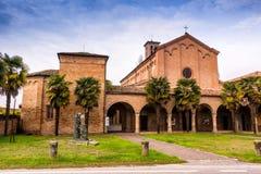 Archs και κιονοστοιχία της ιταλικής ρωμαϊκής γοτθικής εκκλησίας Στοκ Φωτογραφίες