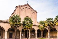 Archs και κιονοστοιχία της ιταλικής ρωμαϊκής γοτθικής εκκλησίας Στοκ Εικόνες