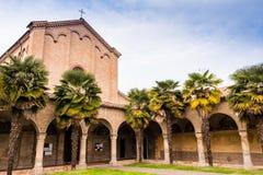 Archs και κιονοστοιχία της ιταλικής ρωμαϊκής γοτθικής εκκλησίας Στοκ φωτογραφία με δικαίωμα ελεύθερης χρήσης