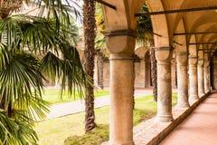 Archs και κιονοστοιχία του ιταλικού μοναστηριού Στοκ φωτογραφία με δικαίωμα ελεύθερης χρήσης