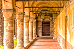 Archs και κιονοστοιχία του ιταλικού μοναστηριού Στοκ Φωτογραφίες