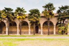 Archs και στήλες ιταλικού XV μοναστηριού αιώνα Στοκ φωτογραφία με δικαίωμα ελεύθερης χρήσης