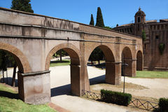 Archs y camino cerca de Sant Ángel Castel en el verano Fotos de archivo libres de regalías