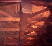 Archtecturaldetails: blootgestelde houten dakbundel Stock Foto's