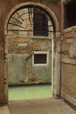 Archway che piombo al canale Fotografia Stock Libera da Diritti