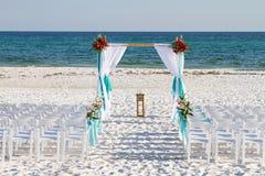 Archway da praia do casamento imagem de stock royalty free