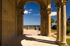Archway del palazzo al patio immagini stock
