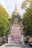 Archway i schodki przy Chedi Hin Sai, kompleks piaskowcowi stupas przypomina Borobudur przy Wata Pa Kung świątynią, Roi Et, Tajla Zdjęcie Royalty Free