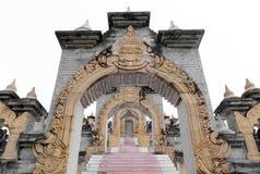 Archway i schodki przy Chedi Hin Sai, kompleks piaskowcowi stupas przypomina Borobudur przy Wata Pa Kung świątynią, Roi Et, Tajla Obrazy Royalty Free