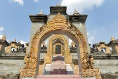 Archway i schodki przy Chedi Hin Sai, kompleks piaskowcowi stupas przypomina Borobudur przy Wata Pa Kung świątynią, Roi Et, Tajla Zdjęcie Stock