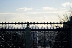 Archway mosta ogrodzenie w Stycznia świetle słonecznym Zdjęcia Royalty Free