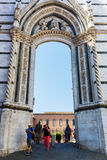 Archway piazza Del Duomo w Siena, Włochy Obraz Royalty Free