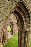Archways dell'abbazia medioevale Fotografia Stock Libera da Diritti