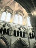 Archways dell'interno della chiesa Fotografia Stock