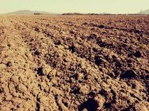 Arcilla polvorienta en campo El campo arado vacío espera la siembra Imagen de archivo